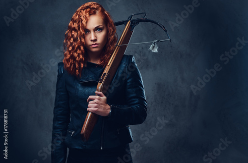 Tableau sur Toile Redhead female  holds crossbow.