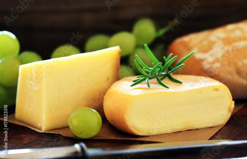 Plakat różne sery z chlebem