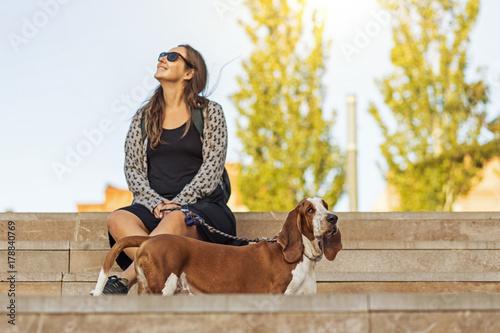 Photo  Passeio no parque com o cão Basset Hound em primeiro plano numa linda tarde sent
