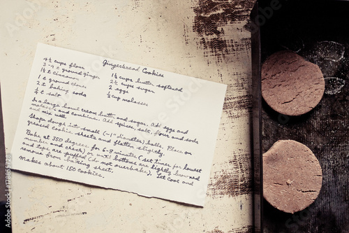 Gingerbread cookies on a baking sheet with handwritten recipe card Canvas-taulu