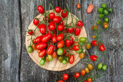 piekne-pomidory-na-powierzchni-drewnianych