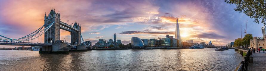 Panoramę Londynu: od Tower Bridge do Tower o zachodzie słońca