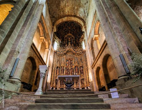Fototapeta Wnętrze starej katedry w Coimbrze, aka Se Velha, romańskiego budynku rzymskokatolickiego, zaczęło się w XII wieku. Coimbra, Portugalia.
