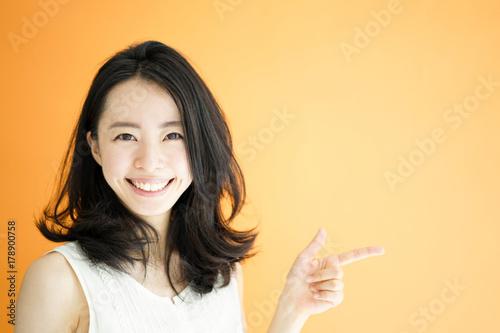 Fototapeta 紹介する女性 obraz