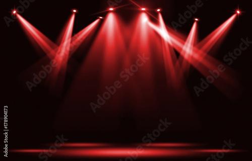 Plakat Światła sceniczne. Czerwony reflektor uderza w ciemność.