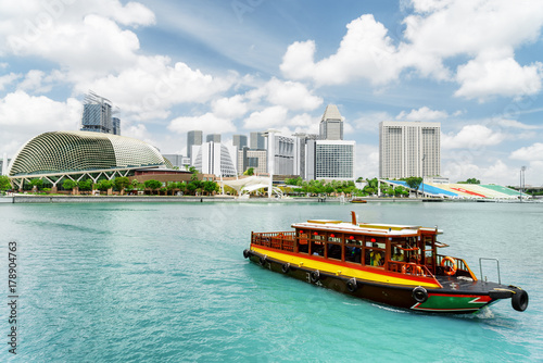Spoed Foto op Canvas Singapore Traditional tourist boat sailing along Marina Bay, Singapore