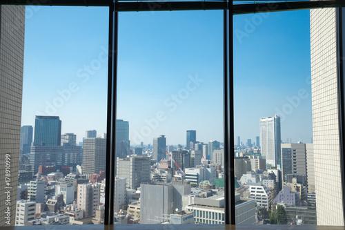 窓枠と駿河台から見る神保町・九段下方面の街並み風景