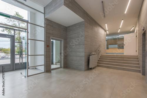 Fotografía  Entrance in a modern clinic or office center