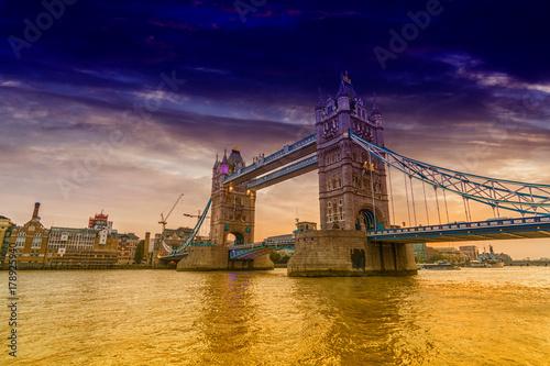 london-bridge-zdjecie-z-filtrem-zolte-wody-tamizy-i-fioletowe-niebo