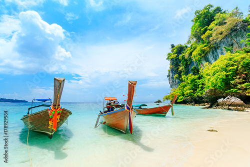 Photo Longtale boat on the white beach at Phuket, Thailand