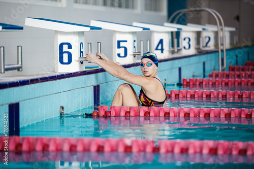 Plakat kobieta pływacka z pływackim kapeluszem w basenie