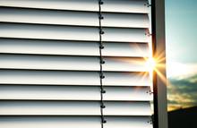 Außenjalousie Jalousie Lamellen Mit Sonnenstrahlen – Closed Shutter With Sunrays