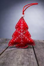 Röd Filt Julgran Dekoration På Rustikt Trä Bord Med Grå Bakgrund