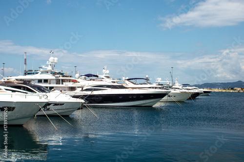 Plakat Jachty stoi w porcie na morzu w lecie w Sochi