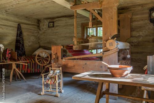 Plakat Stary pokój dzienny w tradycyjnym wiejskim domu