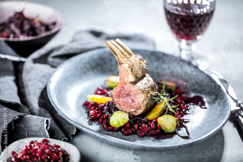 Foto op Plexiglas Klaar gerecht Lammfleisch mit Blaukraut auf dunklelem Hintergrund