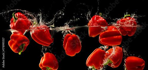 Fototapeta owoce w wodzie owoce-malin-zanurzone-w-wodzie