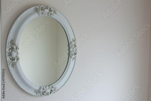 Photo White mirror on white wall
