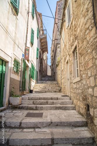 Obrazy do salonu   uliczka-w-chorwacji-z-kamiennymi-schodami