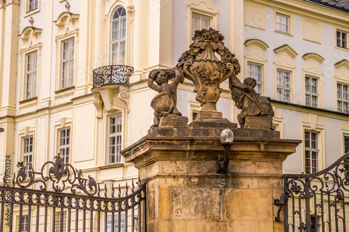 Photo  Decorative sculptural elements of the facade of a government building in Prague,