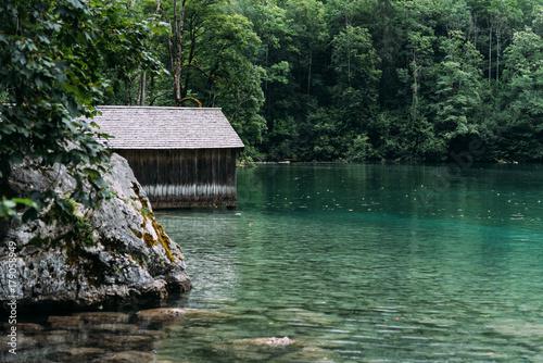 drewniana-chata-na-pieknym-jeziorze-w-alpach