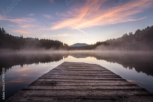 Fotografie, Obraz  Landschaft spiegelt sich im See wieder mit Steg im Vordergrund