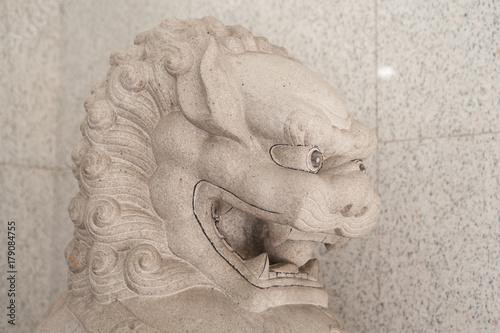 Plakat Biała chińska statua lwa