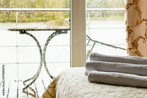 Obraz na dibondzie (fotoboard) Białe ręczniki na łóżku w pokoju hotelowym.