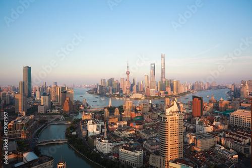 Plakat Widok z lotu ptaka ptaka w Shanghai bund Skyline