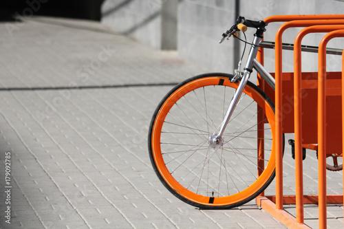 Türaufkleber Fahrrad Orange bicycle stands on the orange bicycle park