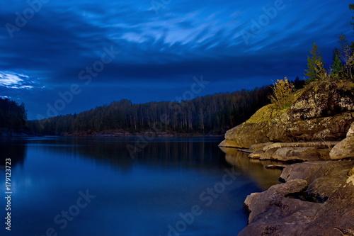 noc-nad-jeziorem-na-syberii