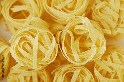 Fotomural  Homemade tagliatelle pasta in a white box close up