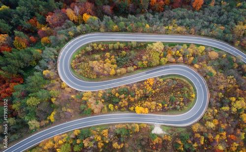 Foto auf Gartenposter Luftaufnahme Road in autumn scenery - aerial shot