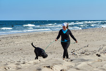 Kobieta Spaceruje Po Plaży W ...