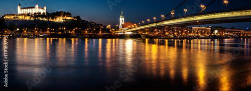 Fototapeta Bratislava kasztel, parlament i Nowy most nad Danube rzeką z wieczór światłami w stolicie Sistani, Bratislava