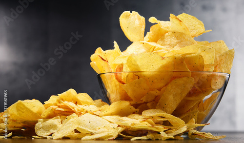 Fotografía  Composition with bowl of potato chips on wooden table