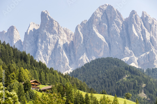 Photo  Views of Furchetta and Sass Rigais (3,025 m) along with other mountains of the Geisler group in the northwestern Dolomites, South Tyrol, northern Italy