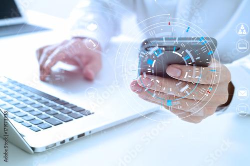 Fotodibond 3D bliska biznesmen pracy z inteligentnego telefonu i cyfrowego tabletu i laptopa na drewniane biurko w nowoczesnym biurze z wirtualnym ikona schemat