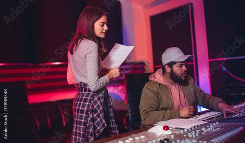 Cuadros en Lienzo Sound engineers working in music recording studio