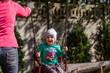 Mama huśta dziecko na huśtawce na placu zabaw w jesienny dzień.