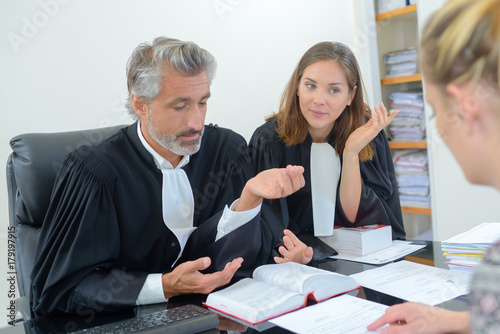 Foto  robed lawyer in meeting with client