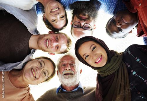 Menschen verschiedener Altersgruppen und Nationalitäten haben Spaß zusammen Fototapete
