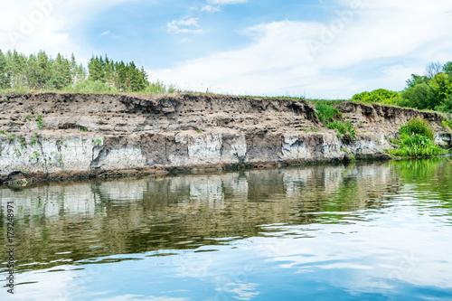 Plakat Spokojny krajobraz z niebieskim rzeki i zielonych drzew
