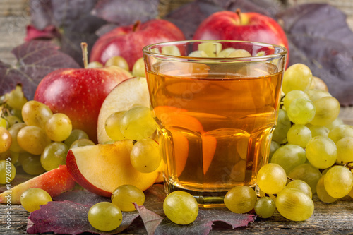 Fototapeta Szklanka świeżego i zdrowego jabłka i soku z winogron