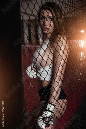 Fototapeta premium Dziewczyna w klubie sportowym przy siatce