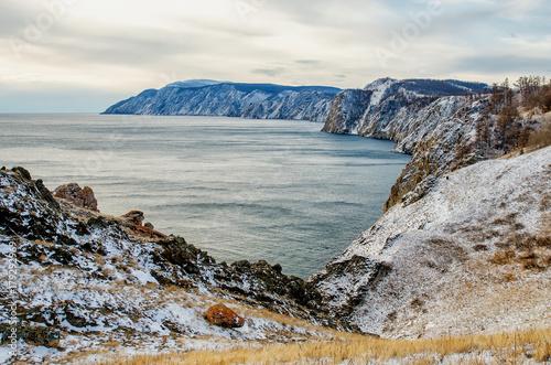 wyjatkowy-widok-na-jezioro-bajkal-w-pochmurny-i-zimny-dzien