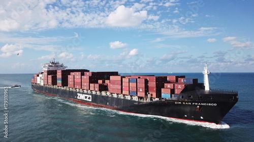 Obraz na płótnie Ogromne duże mega statki kontenerowe ULCV na otwartej wodzie w pełni załadowane kontenerami i ładunkiem - widok z lotu ptaka