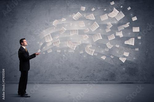 Obraz na dibondzie (fotoboard) Kaukaski biznesmen posiadania gazet