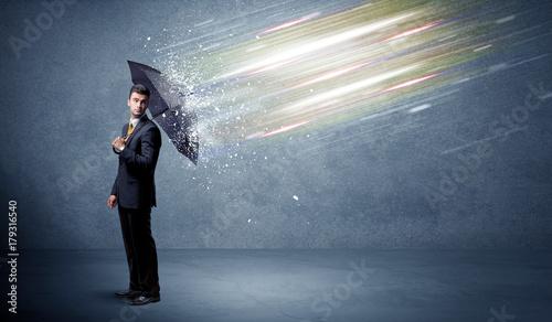 Fotodibond 3D Biznesowy mężczyzna broni lekkich promienie z parasolowym pojęciem
