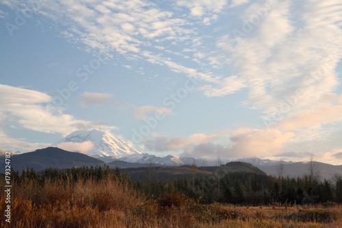 Foto op Aluminium Nachtblauw Mt Rainier Sunset From Veazie Valley